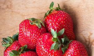 堆放在一起的草莓特写摄影高清图片