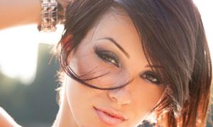 比划着手势的短发美女摄影高清图片