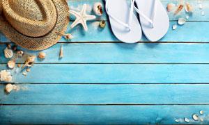 木板上的草编帽与拖鞋摄影高清图片