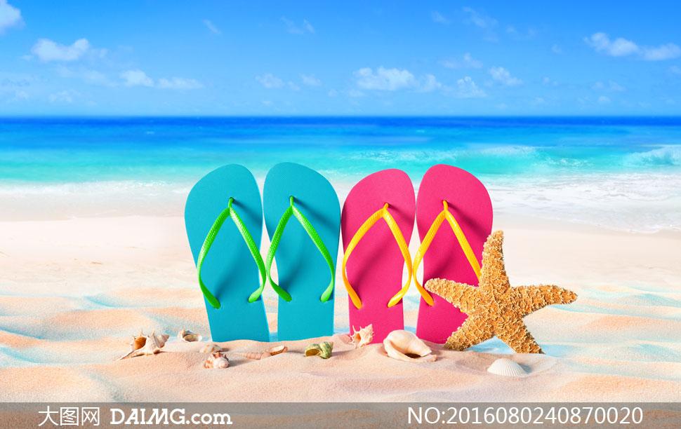 竖在沙滩上的清凉拖鞋摄影高清图片