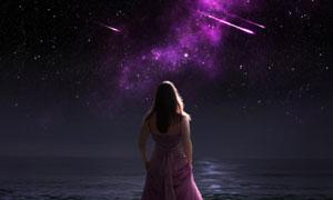 在看着流星美景的美女背影高清图片