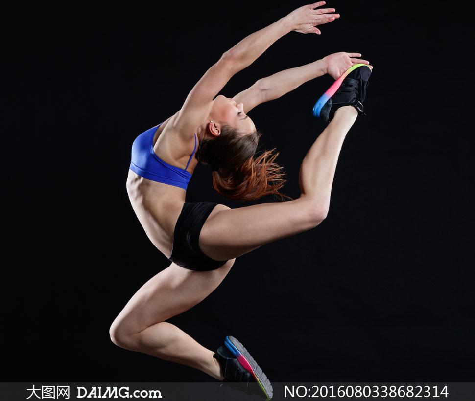 在做高难度舞蹈动作的美女高清图片