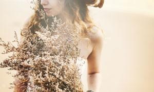 手里拿着花草束的美女摄影高清图片
