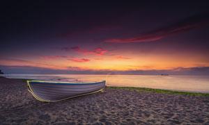海边沙滩上的小船延时摄影高清图片