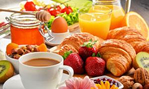 面包草莓与鸡蛋蜂蜜等早餐高清图片