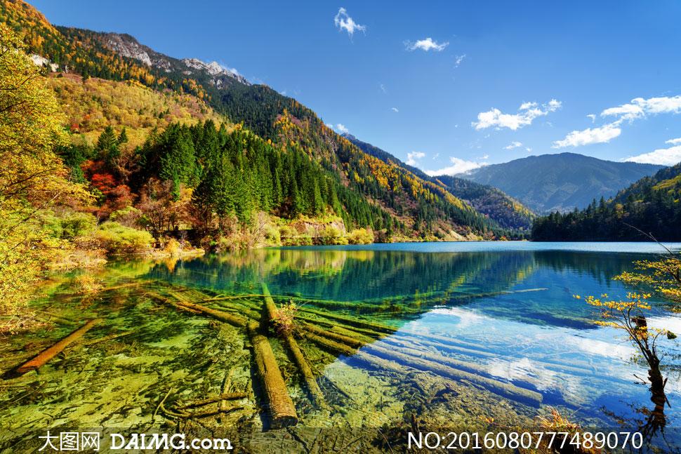 蓝天湖畔山峦自然风光摄影高清图片