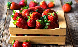 木盒里的新鲜草莓特写摄影高清图片