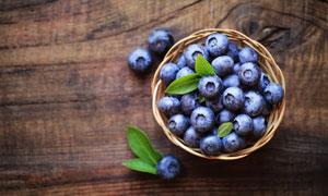 在编织篮里的蓝莓特写摄影高清图片