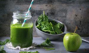 青苹果与蔬菜汁儿特写摄影高清图片