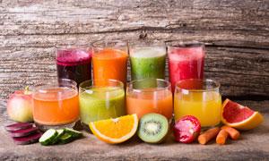 玻璃杯里各式果汁特写摄影高清图片