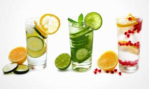 柠檬片点缀的饮品特写摄影高清图片