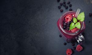 玻璃杯里的新鲜覆盆子果酱高清图片