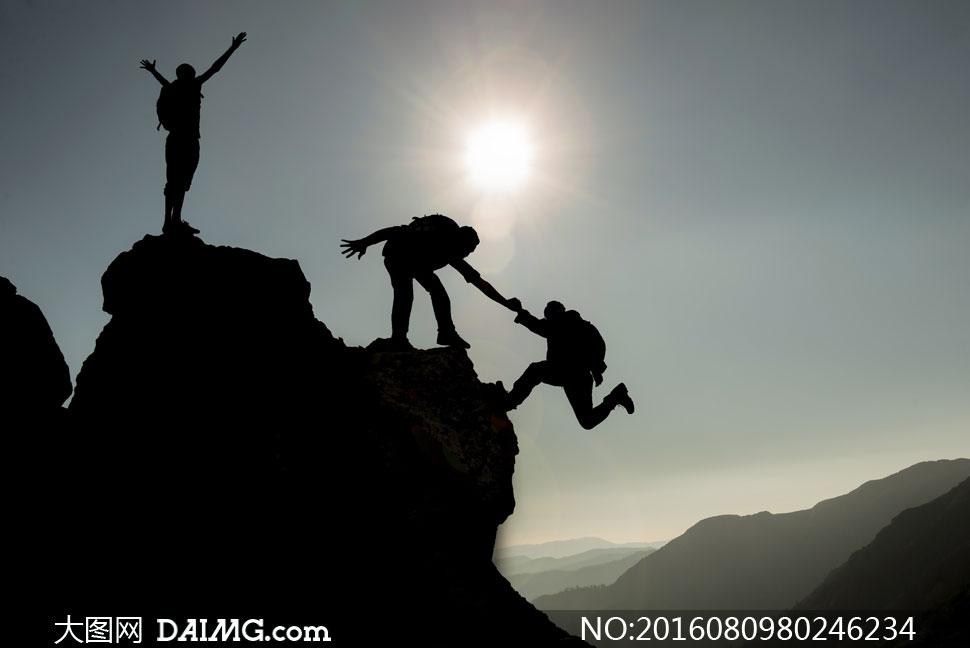 登山运动人物剪影逆光摄影高清图片