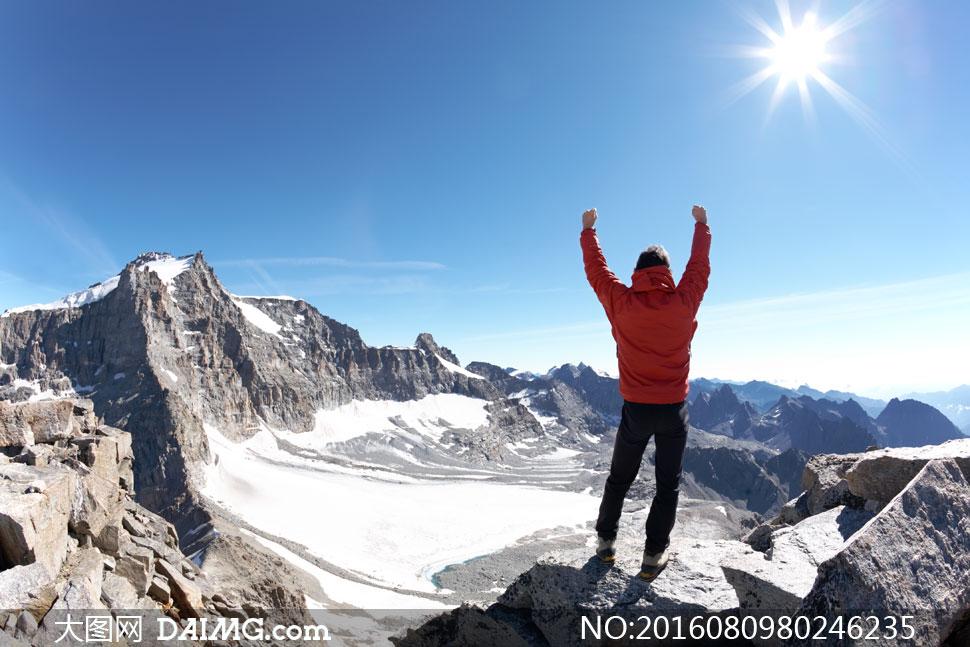 关 键 词: 高清大图图片素材摄影人物阳光天空登山山顶山峰远山群山