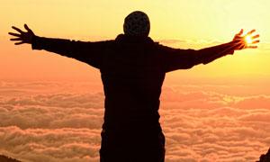 云端上张开双臂的男人剪影高清图片