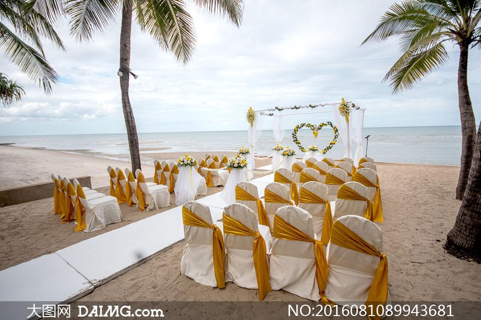 海边沙滩上的婚礼现场布置高清图片