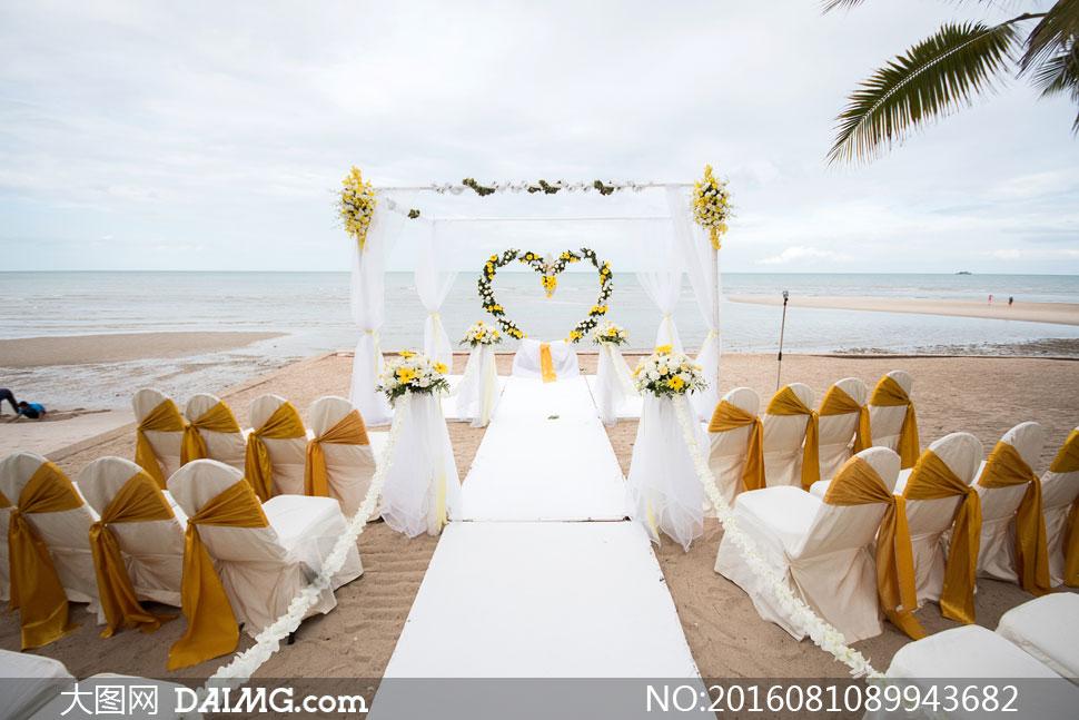 用鲜花装饰的婚礼现场摄影高清图片         海边沙滩上的婚礼
