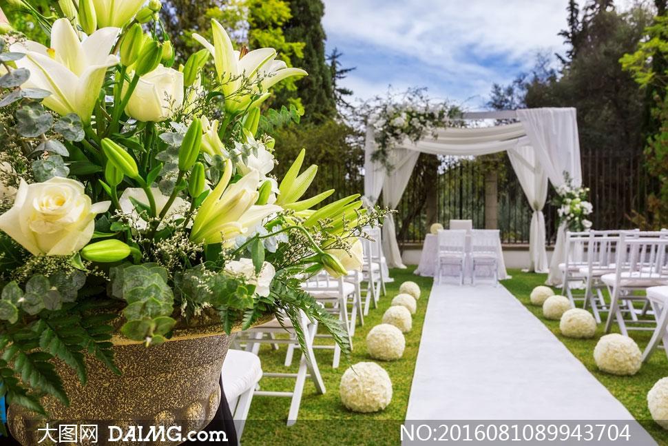 婚礼现场鲜花与椅子纱幔等高清图片