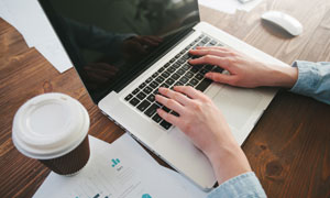 笔记本电脑与咖啡杯等摄影高清图片