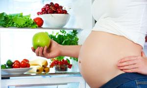 孕妇与冰箱里的水果蔬菜等高清图片