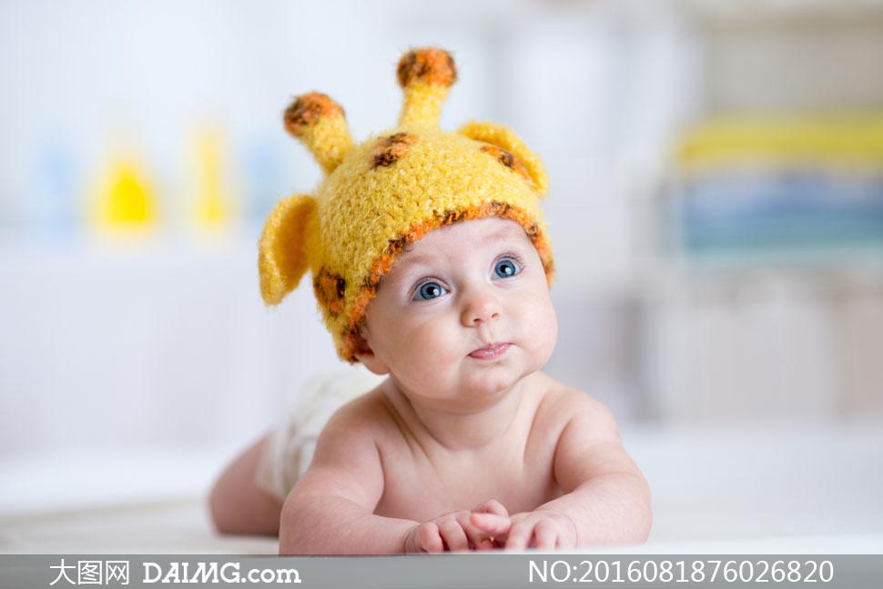 戴着帽子的可爱大眼睛宝宝高清图片