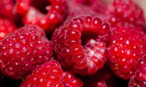 红色鲜嫩多汁的覆盆子摄影高清图片