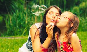 一起在吹着泡泡的母女摄影高清图片