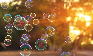 飘散在空中的肥皂泡泡逆光摄影图片
