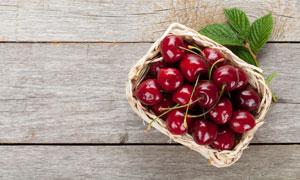 放在木板上的优质樱桃摄影高清图片