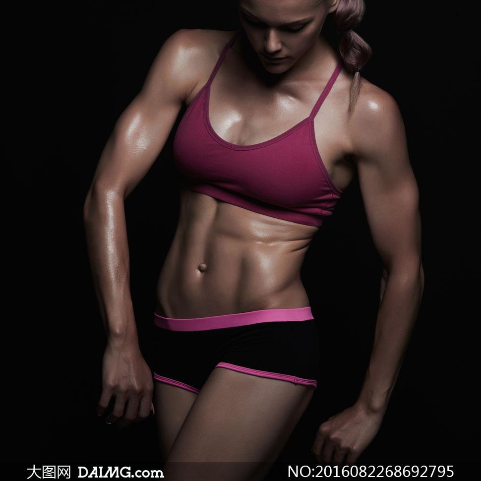 健美肌肉女写真_女性写真模特健身运动近景特写腹肌肌肉文胸内衣短裤马甲线暗红色粉红