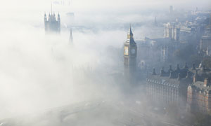 浓雾笼罩下的伦敦鸟瞰摄影高清图片