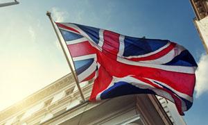建筑物与飘扬着的英国国旗高清图片