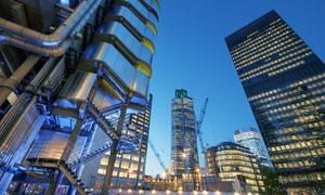 伦敦灯火通明的商务楼摄影高清图片