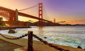 岸边视角远眺金门大桥摄影高清图片