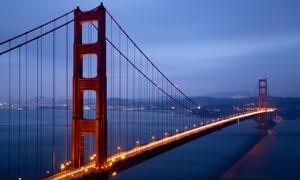 灯火通明的洛杉矶金门大桥高清图片
