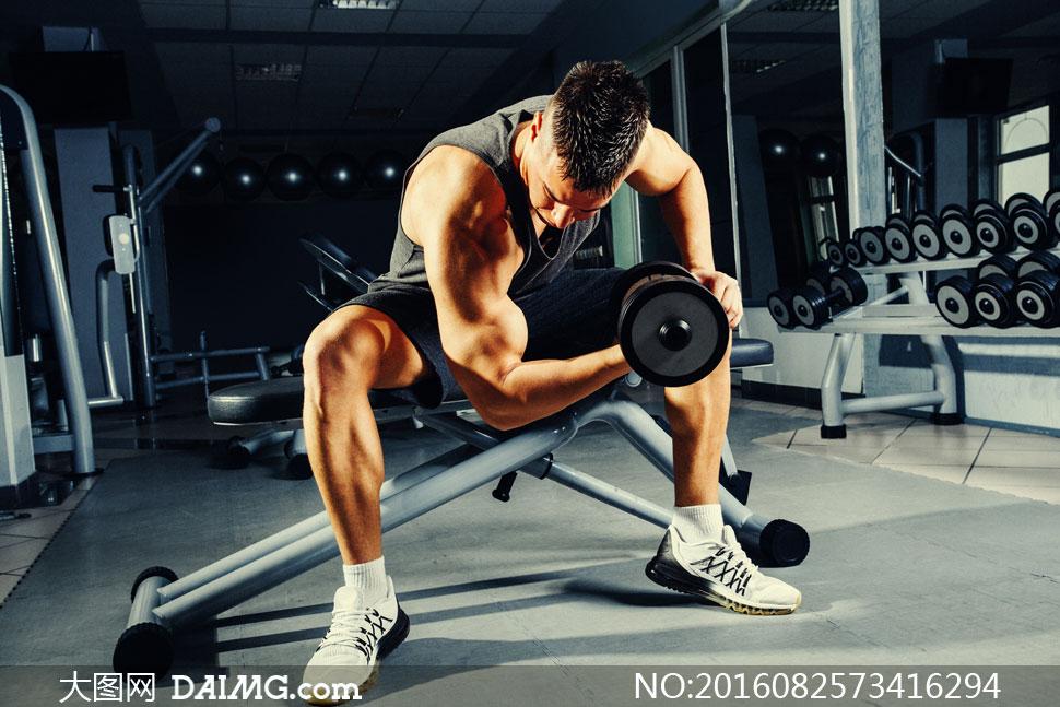 在锻炼肱二头肌的男人摄影高清图片