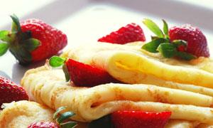 盘子里的草莓与鸡蛋饼摄影高清图片
