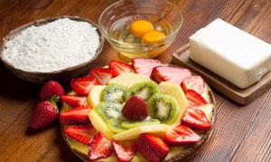 草莓猕猴桃与面粉蛋黄摄影高清图片