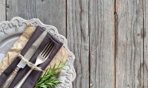 桌面上的餐布与刀叉等摄影高清图片