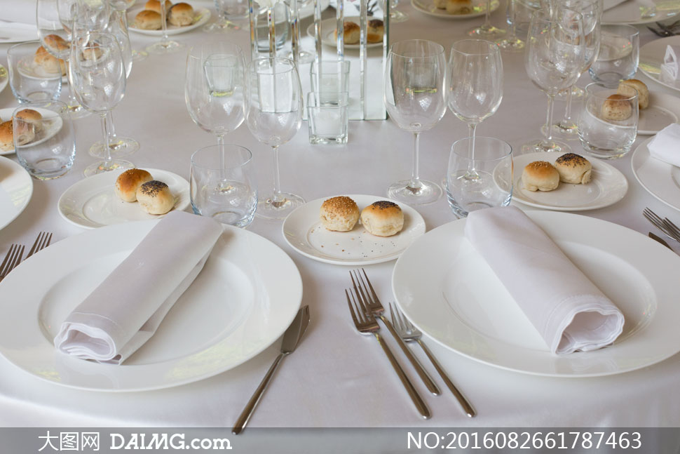 酒宴餐桌上的餐具摆设摄影高清图片