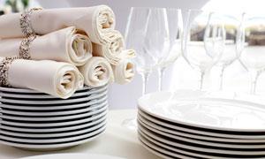 高脚杯与叠放整齐的盘子等高清图片