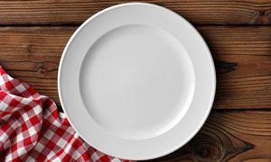 格子餐布与空空的盘子摄影高清图片