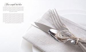 放在盘子里的刀叉餐布摄影高清图片