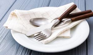 盘子里的汤匙刀叉餐具摄影高清图片