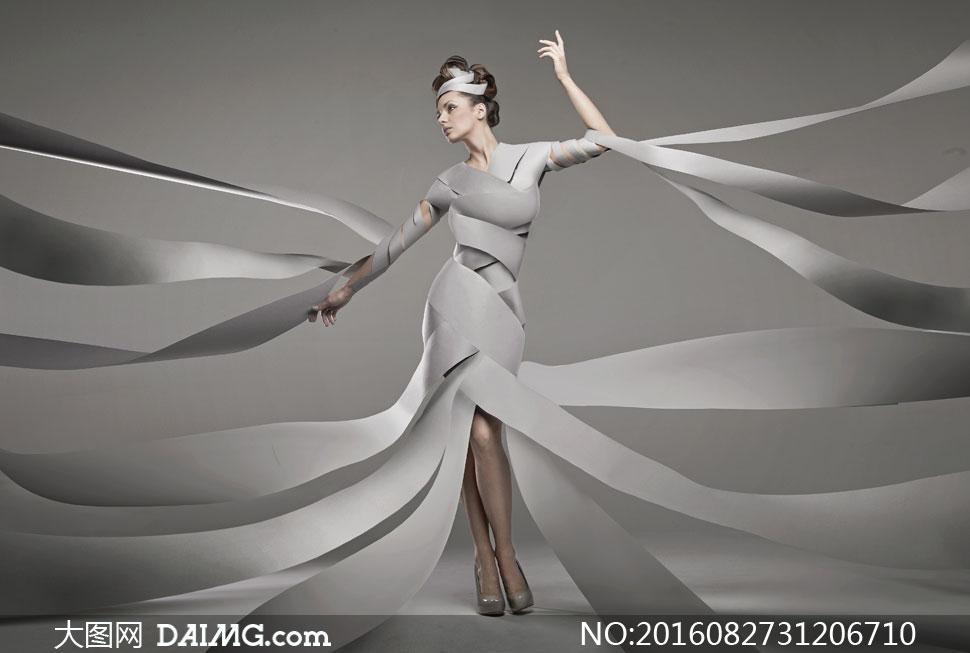 人物美女女人女性模特写真卷发盘发发型服饰服装时装高跟鞋创意造型图片
