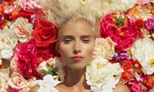多种颜色花装饰的美女摄影高清图片