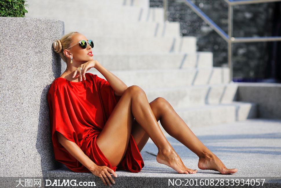 坐着的红衣墨镜装美女摄影高清图片