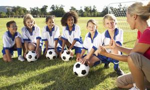 听足球教练教学的一群学生高清图片
