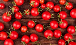 桌面上放着大大小小的番茄高清图片
