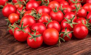 放在桌上的很多西红柿摄影高清图片
